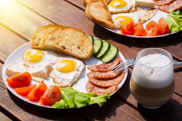 Континентальный завтрак, набор из яиц, ветчины, овощей и сыра