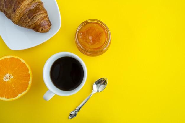 コーヒー、オレンジマーマレード、クロワッサン付きのコンチネンタルブレックファースト。上面図。