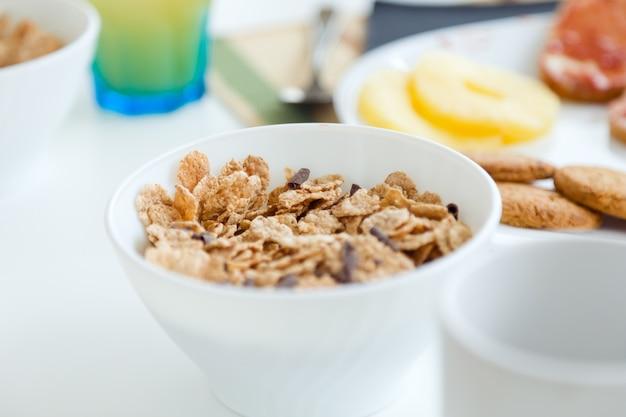 Континентальный завтрак с круассанами, апельсиновым соком и кофе.