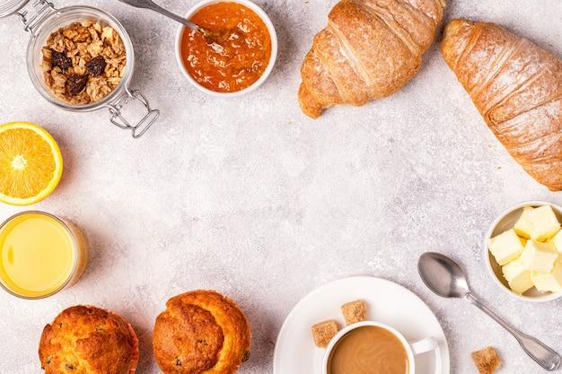 Континентальный завтрак со свежими круассанами, апельсиновым соком и кофе.