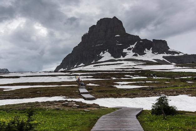 山、ロガンパス、氷河国立公園、氷河郡に向かって進むコンチネンタル・ディバイド・トレイル