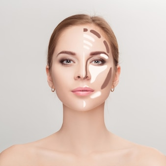 컨투어링. 회색 배경에 여자 얼굴을 확인하십시오. 윤곽과 하이라이트 메이크업. 전문 얼굴 화장 샘플