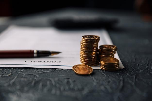テーブル、ビジネスコンセプトに契約とお金