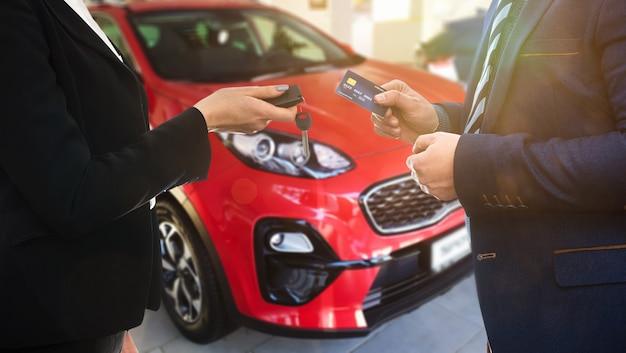 Договор между клиентом и продавцом о продаже или аренде нового автомобиля.