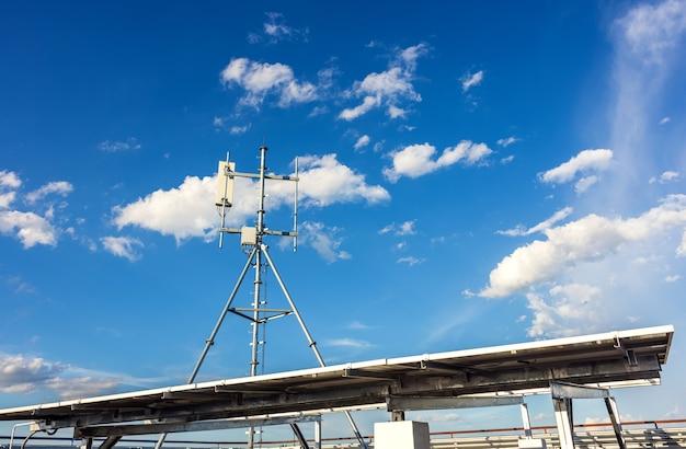 Контрактные мобильные башни, облачное небо, фонарь, башня связи и солнечные батареи, обеспечивающие электроэнергию в таиланде.
