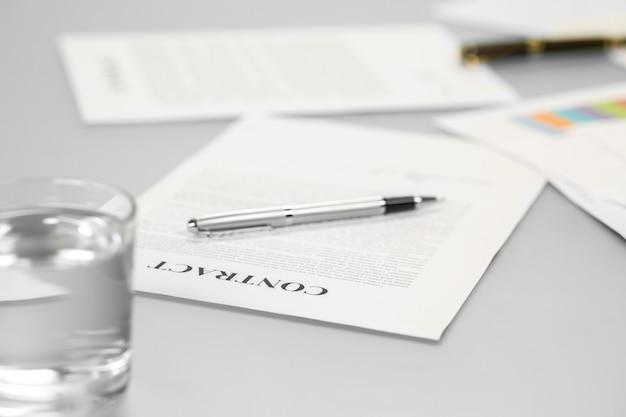 Контракт на столе. деловые бумаги на столе. готовы к подписям. жду кандидатуру.