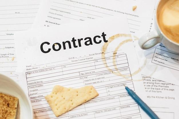 クラッカーとコーヒーの痕跡が入った契約書