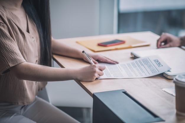 계약 체결. 변호사 사무실에서 문서에 서명하는 고객