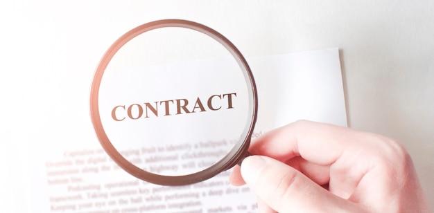 Контракт с ручкой и увеличительным стеклом. бизнес-концепция