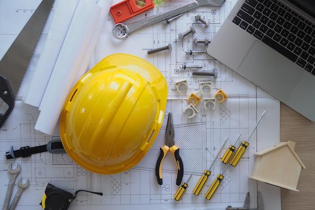 請負業者の机とエンジニアリングチーム。