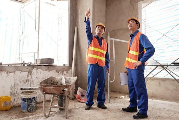改造中の社内で行う必要のある作業について話し合う請負業者