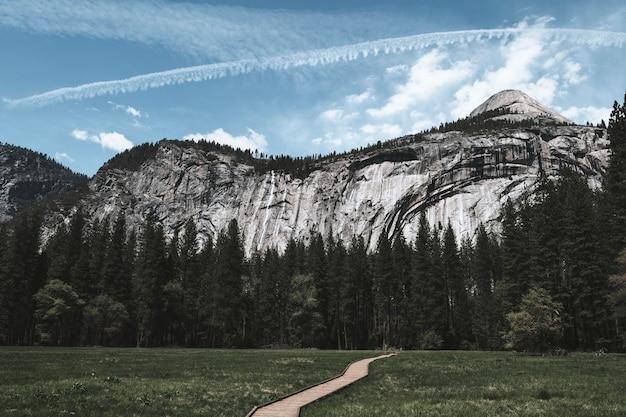 カリフォルニア州ヨセミテ国立公園の青い空の飛行機雲