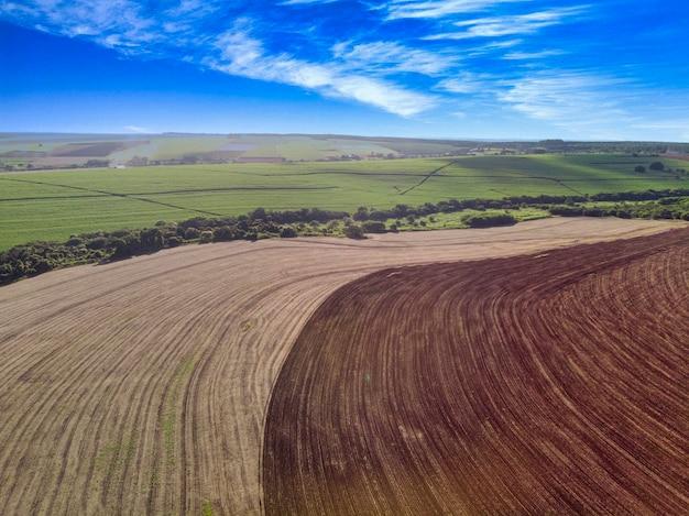 Контраст поля между вспаханной землей, готовой к посеву, и необработанной землей.