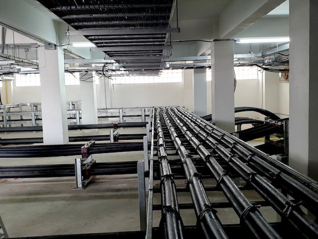 上部トレイでの制御ケーブルの設置と下部トレイでの115kv22kv電源の設置