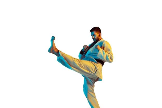 Controllo. allenatore fiducioso in kimono che pratica il combattimento corpo a corpo