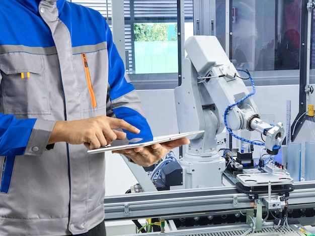 産業用ロボットアームの制御エンジニア