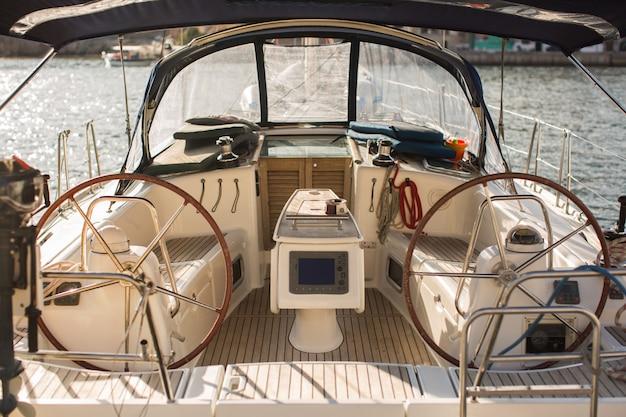 ヨットのコントロールパネルとステアリングホイール