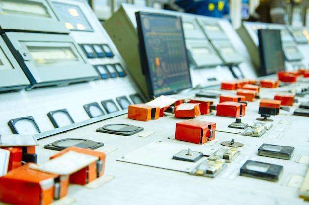Панель управления на атомной электростанции крупным планом