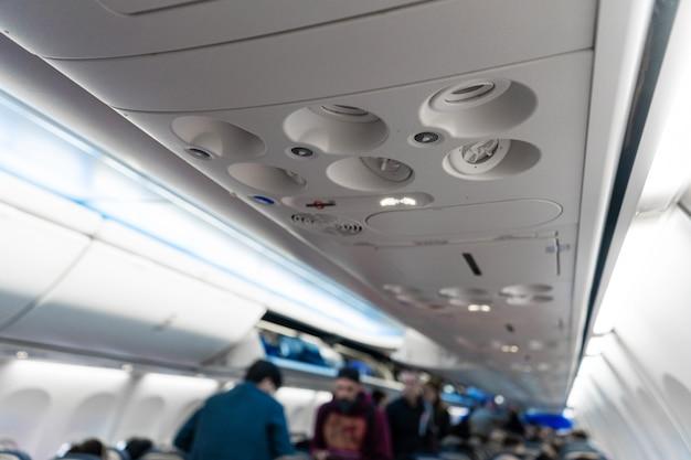 飛行機の助手席の換気と照明のコントロールパネル