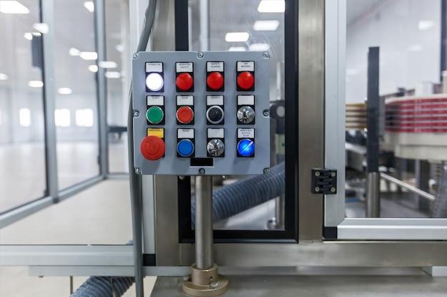 電気開閉装置キャビネットのコントロールパネル。ボタン付きのコントロールパネル