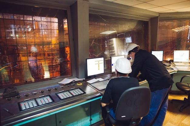 コントロールパネル。鉄鋼生産工場。