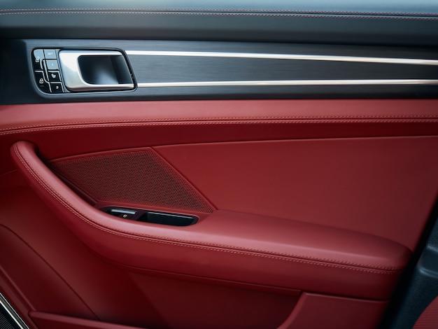 Панель управления с хромированной ручкой на двери автомобиля красная натуральная кожа в новой машине с подлокотником с ...