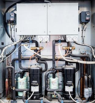 환기 장치의 공급 섹션에있는 제어 패널 및 주파수 변환기 프리미엄 사진