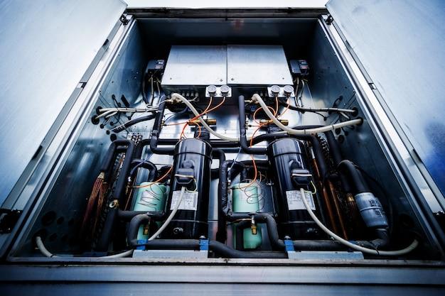 환기 장치의 공급 섹션에 있는 제어 패널 및 주파수 변환기
