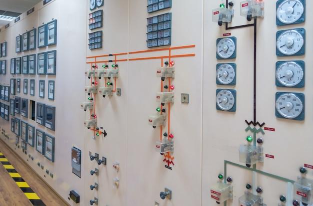 가동을위한 댐 발전소의 통제실.
