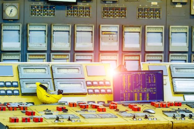 原子力発電所の制御室。