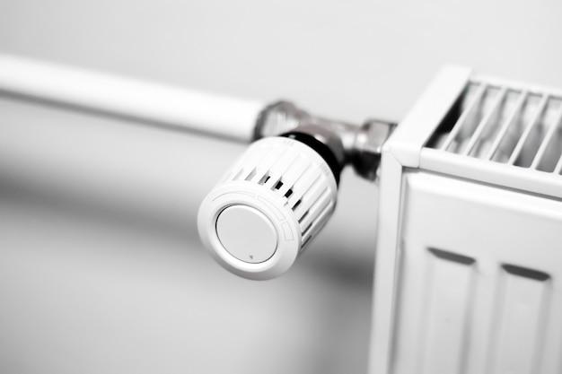 Регулирующий клапан на радиаторе центрального отопления в комнате
