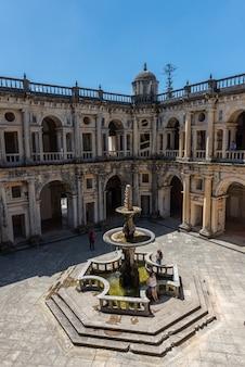 ポルトガルのトマールの青い空と日光の下で噴水があるキリストの修道院