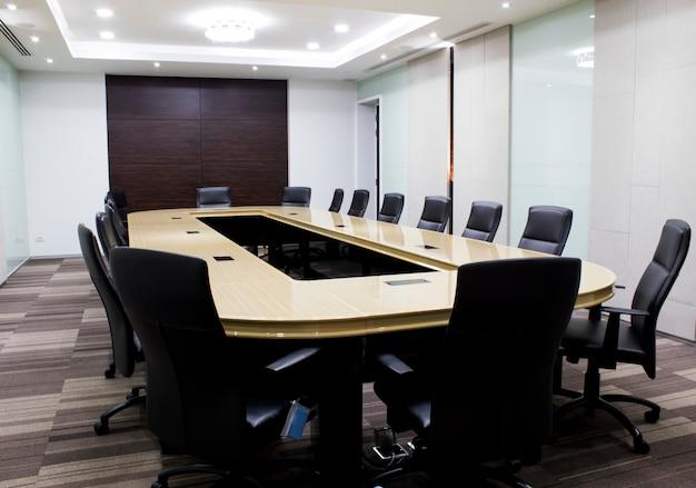 Современный конференц-зал со столом и стульями. концепция conventon room.