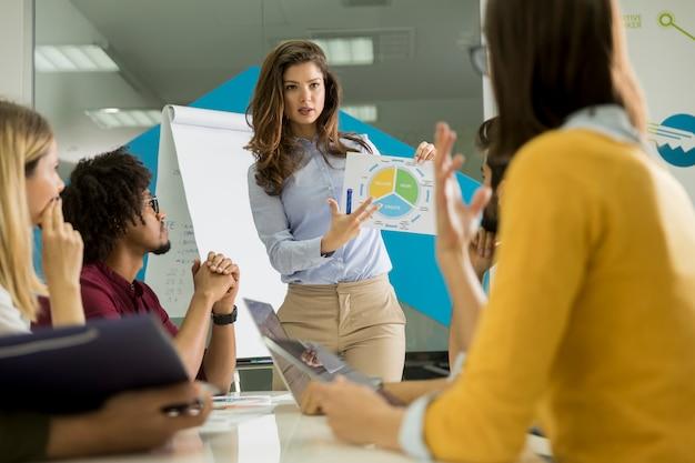Разговор молодых работников в небольшой стартап-компании с бумажным графиком