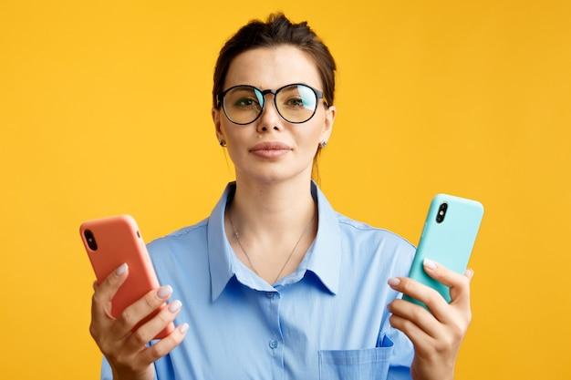 コンバージョンファネル、マーケティングおよびオンライン広告のabテスト。色付きの文字aとbを顔の表情で手に持っているブルネットの女性。