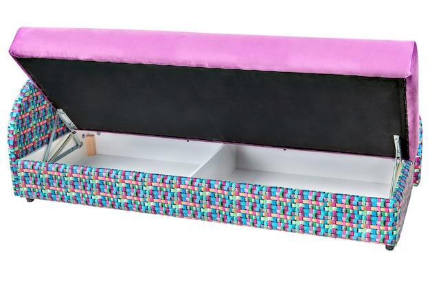 白い背景で隔離された収納スペース付きのコンバーチブルパープルマイクロファイバーソファベッドには、クリッピングパスが含まれています。