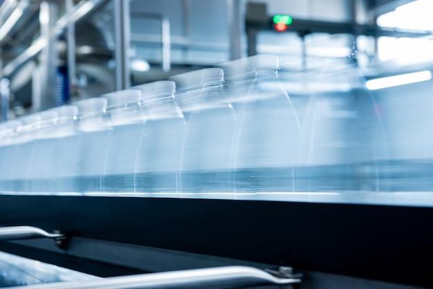 현대적인 음료 공장에서 식수 한 병이 있는 컨베이어 벨트.