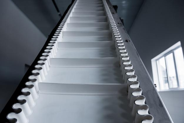 현대 공장에서 스낵과 칩을 튀기기위한 컨베이어 라인