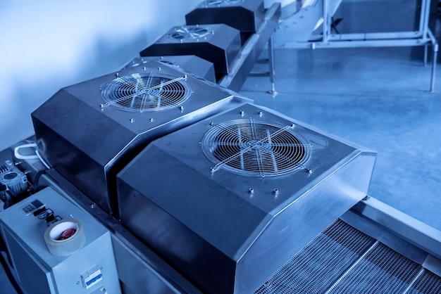 현대적인 공장에서 스낵과 칩을 튀기기위한 컨베이어 라인.