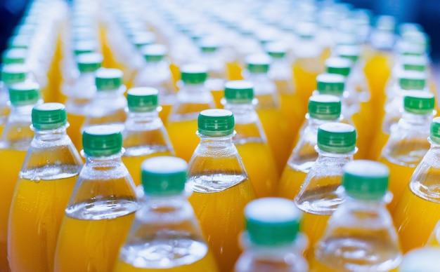 Конвейер с бутылками для сока или воды. заводское оборудование для напитков