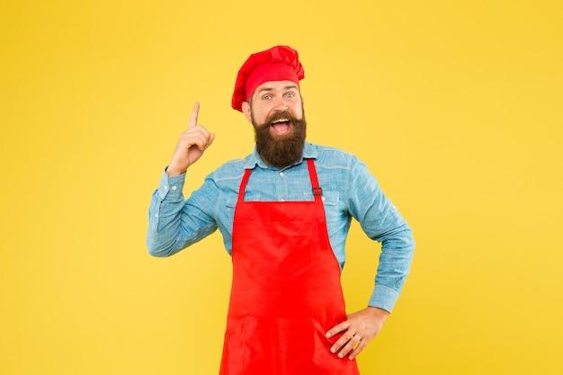 あごひげを生やした料理人は、おいしい食事を作るための秘訣を知っています。良いアイデアです。