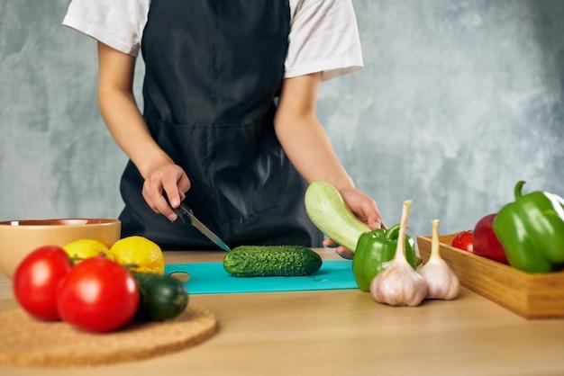 孤立した背景を食べて健康的な料理を調理する