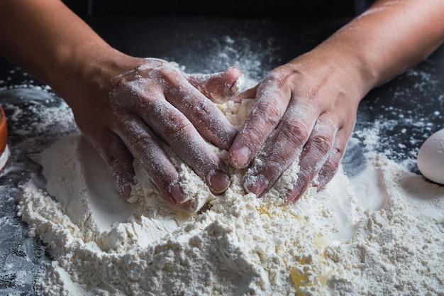 수제 페이스트리 반죽을 준비하는 손 요리