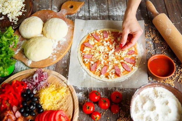 ピザに材料を入れてキッチンで調理する