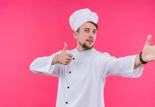 ジェスチャーのように顔を向けてカメラの喜びを見て料理する