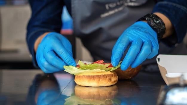 푸드 트럭에서 햄버거 만들기 요리