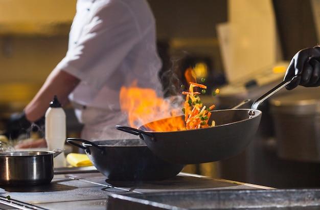 고급 레스토랑의 주방에서 저녁 식사를 만드는 요리.