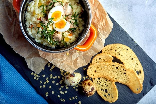 小さな鍋に卵入り麺のスープを作ります。ヘルシーな食事。