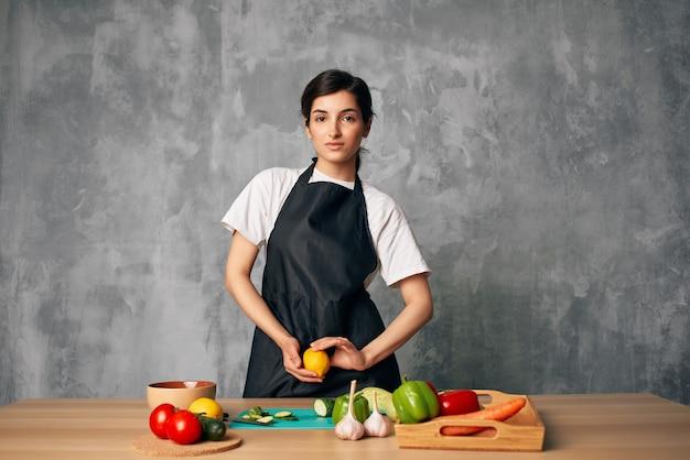 野菜の孤立した背景を切るキッチンで調理します。高品質の写真