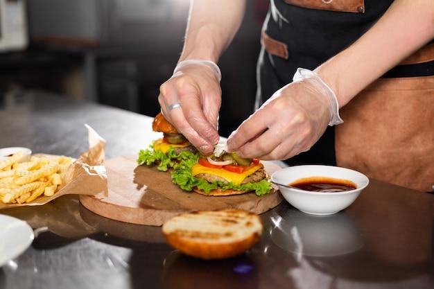木の板にベーコンを加えてハンバーガーを準備する料理